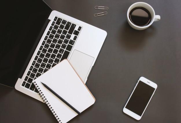 design-criativo-de-lay-lay-of-desktop-workspace-com-laptop-notebook-smartphone-e-cafe-com-copia-espaco-de-fundo_1356-145
