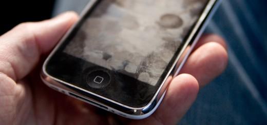 Você sabe como limpar a tela do seu celular e de outros aparelhos eletrônicos?